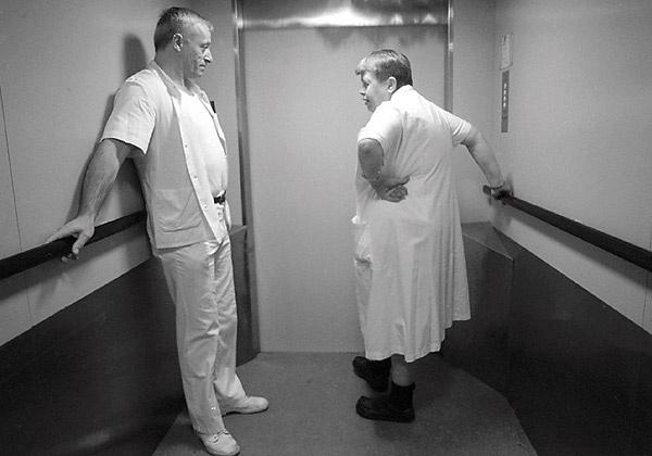 Rengøringskoner på Københavns Kommunehospital - Elevator med rengøringskone og portør.
